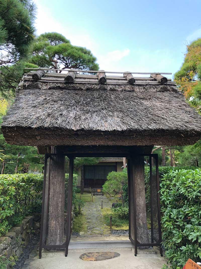 立派なかやぶきの屋根