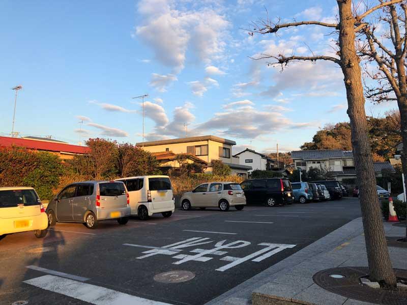 腰越図書館の駐車場