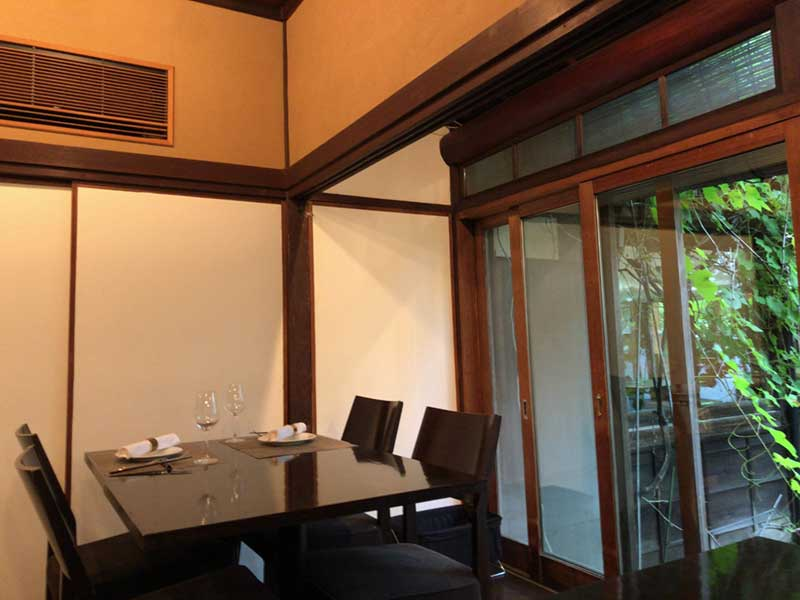 和式の部屋に黒テーブルがしっくり合う