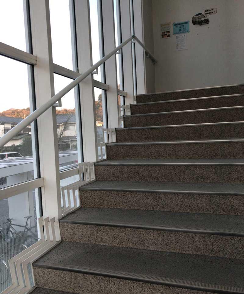 ガラス張りの階段