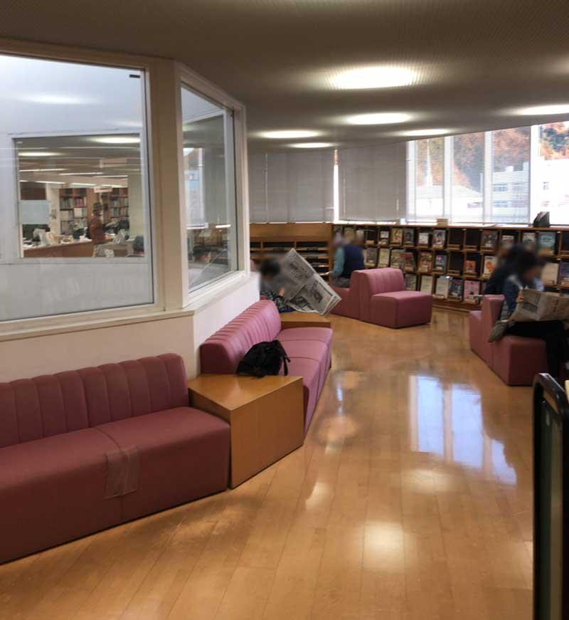 図書館部分も中央が吹き抜け