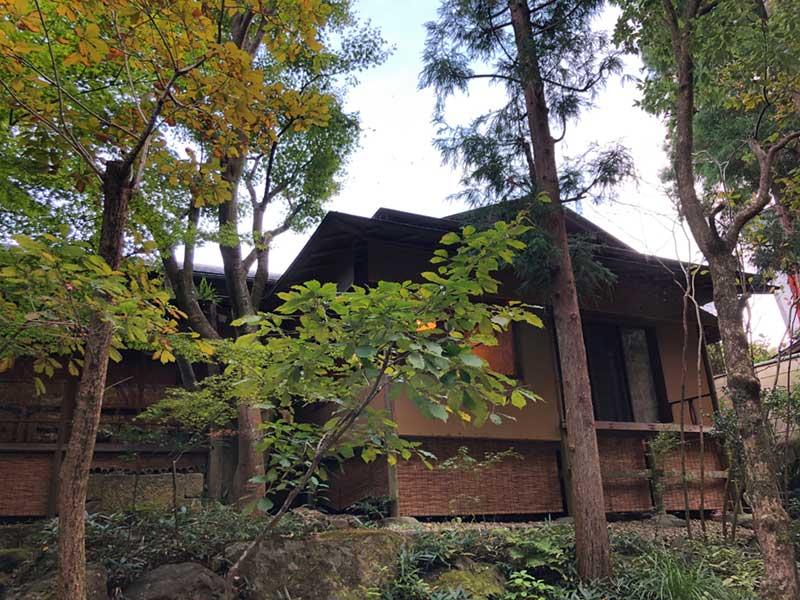 一条恵観山荘の寺カフェとうっすら色づいた木々