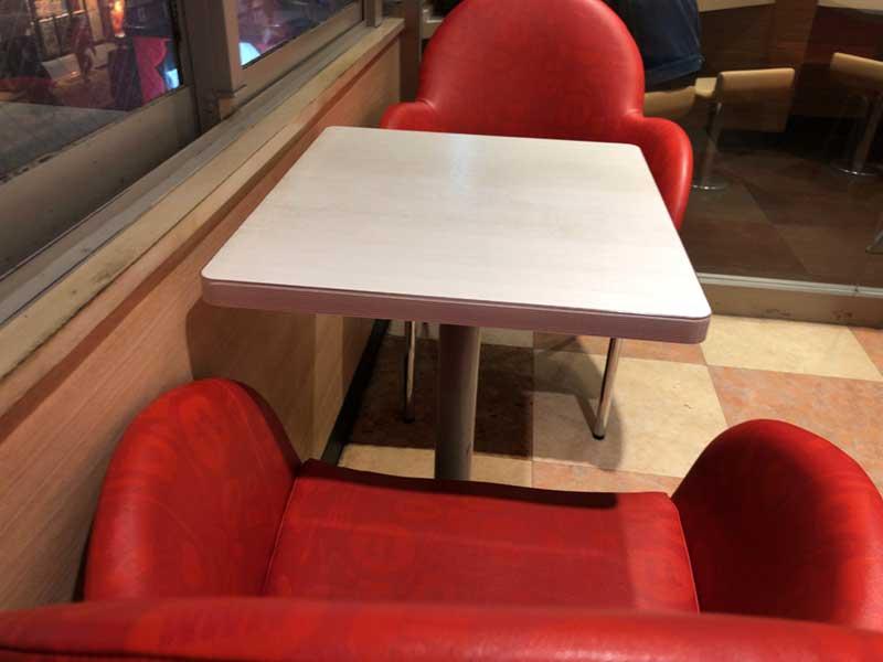 窓際のテーブル席はおしゃれで快適