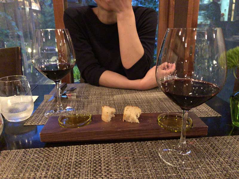 美味しい料理とワインで会話も弾みます