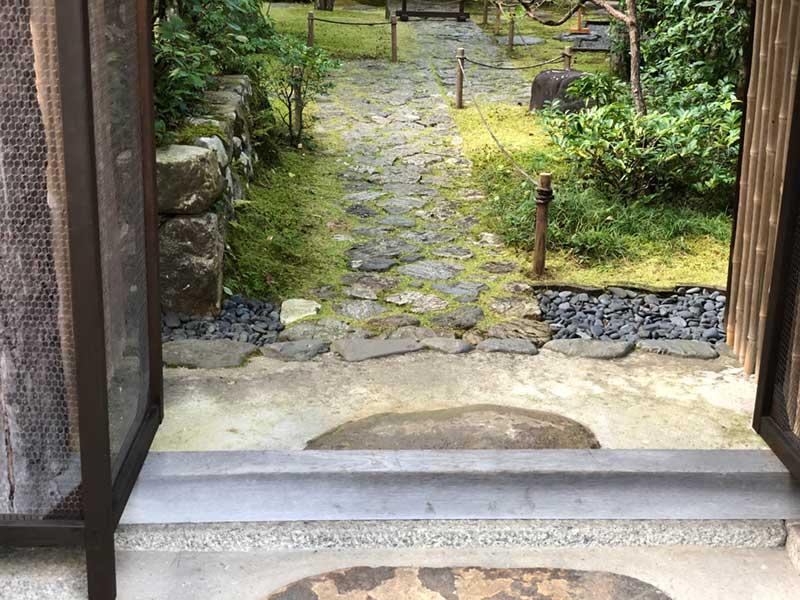 門の先は守山石
