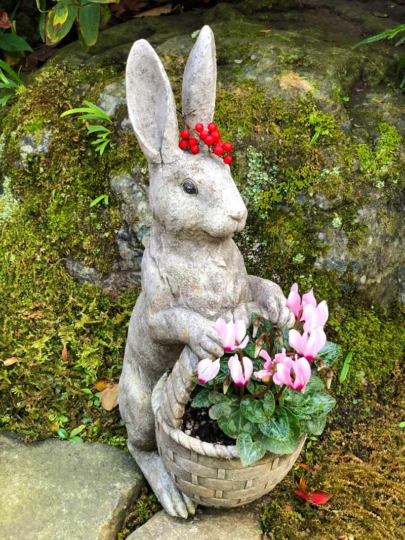 花で彩られたピーターラビット風のウサギ