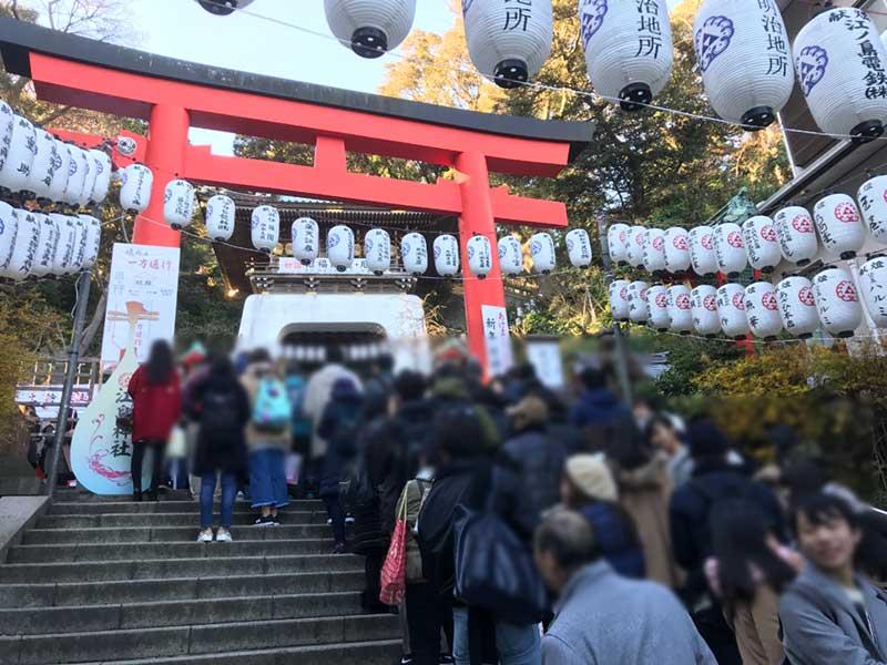 江島神社の辺津宮は朝8時はもう大行列