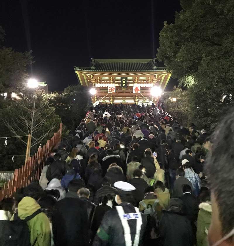 警察官の誘導で一定数だけ階段を上がる