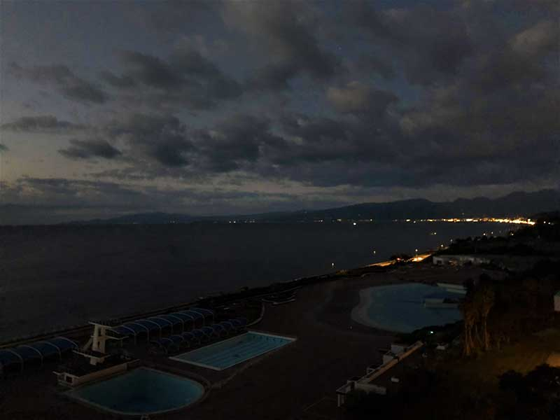 海の向こうに見えるのは小田原の灯りかな?