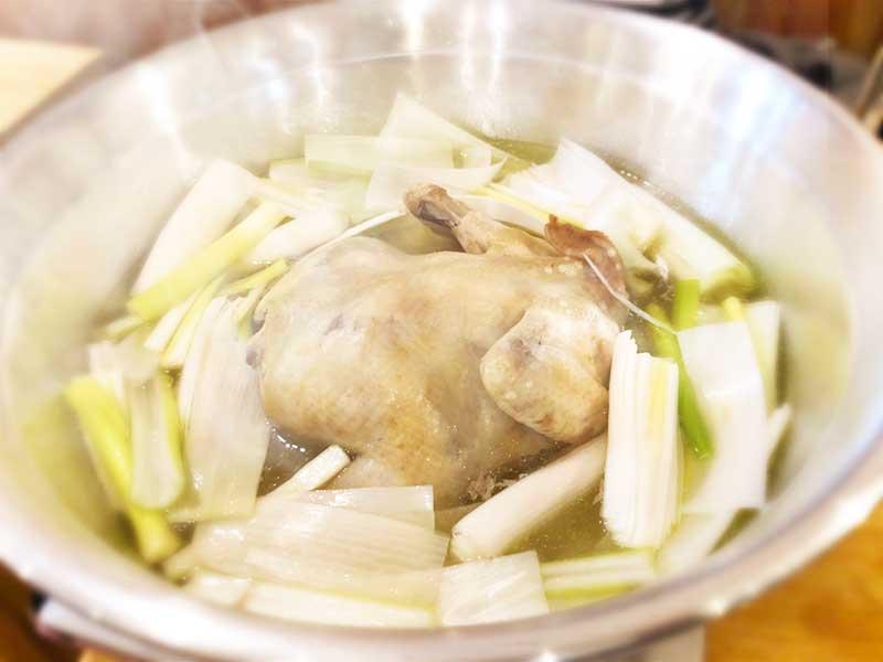 鶏が丸ごと入ったタッカンマリ