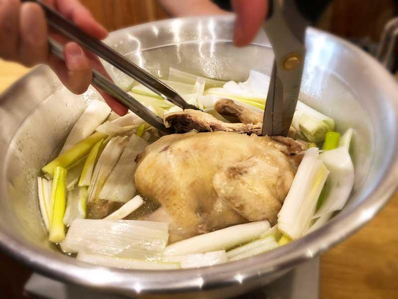 食べやすいように店員さんが鶏をカットしてくれる