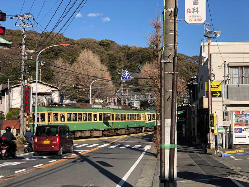 江ノ電が走る腰越の街並み