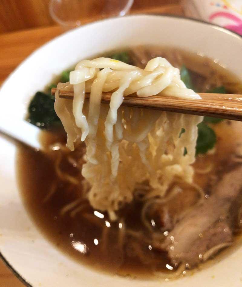 平たいちぢれ麺