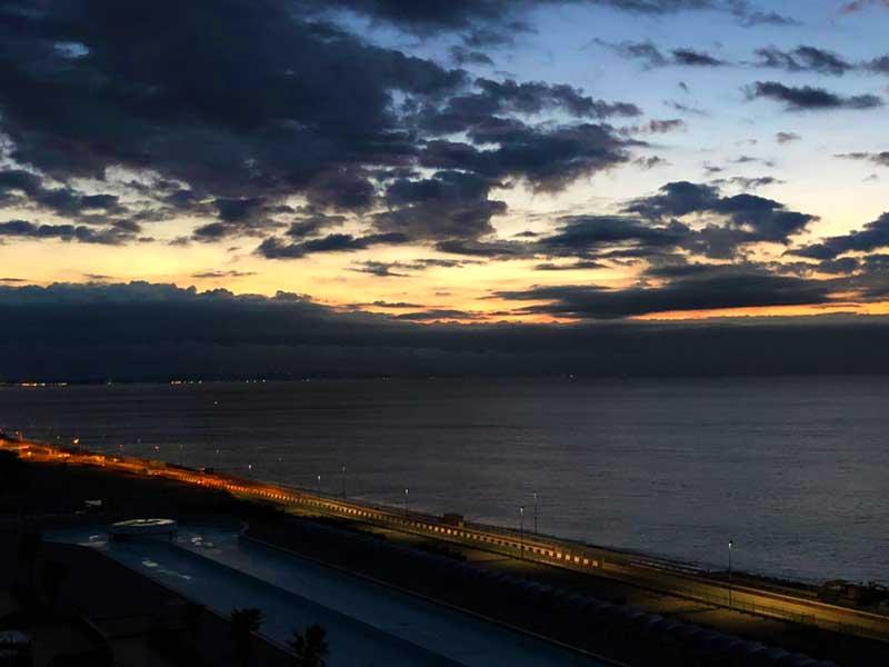 大磯の海に日が沈んでいく