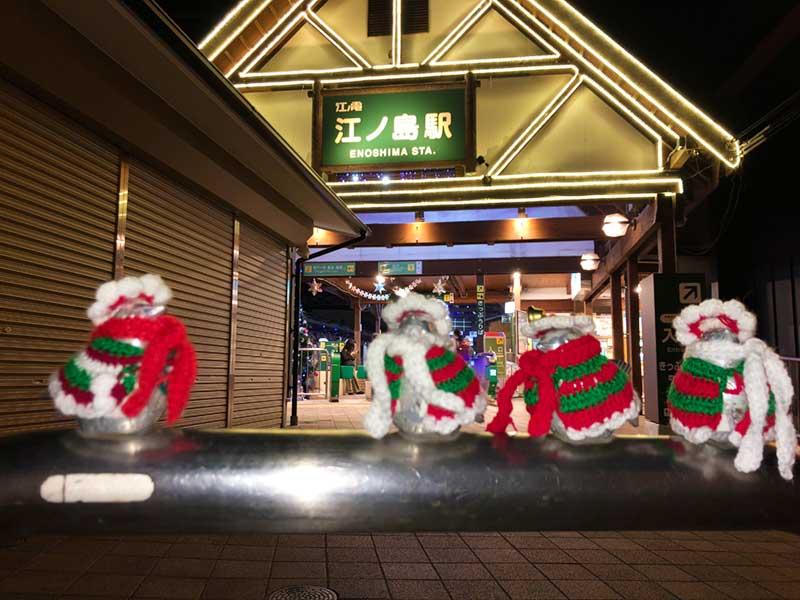 江ノ島駅前の小鳥もクリスマス仕様に