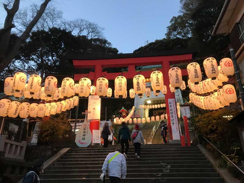 夜が明けると参拝客で大行列ができる江島神社