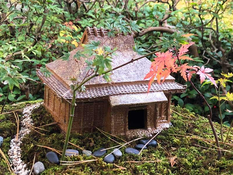 庭と屋敷が再現されている