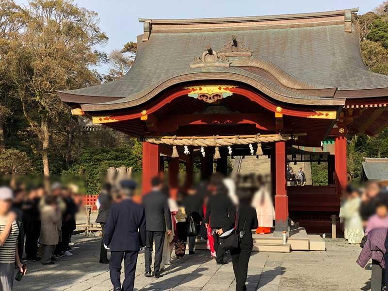 関係ない観光客に写真撮られまくりの結婚式