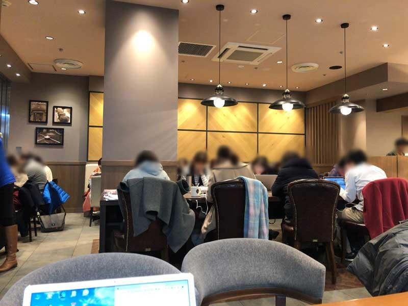 中央の長テーブルは仕事・勉強をする人だらけ