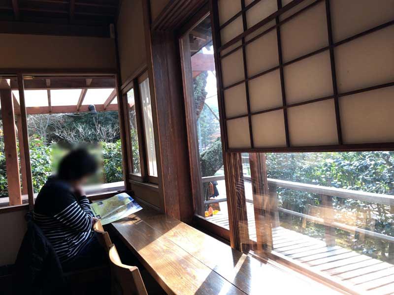 窓に面したカウンター席