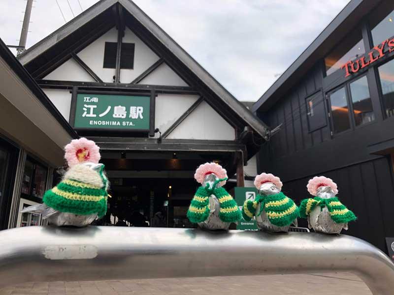 服を着た小鳥が出迎えてくれる江ノ電江ノ島駅