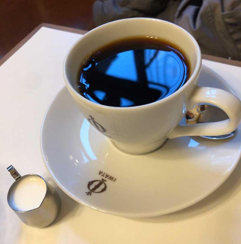 美味しいコーヒーを飲みつつホットケーキを待つ