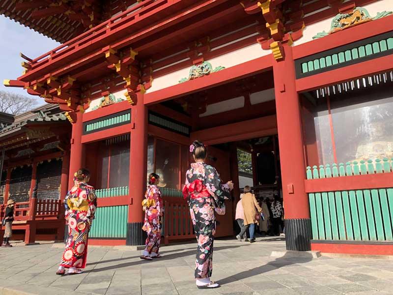 鎌倉八幡宮で見かけた着物姿の外国人