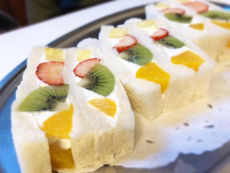 ふんわりパンにたっぷり生クリームとフルーツをサンド