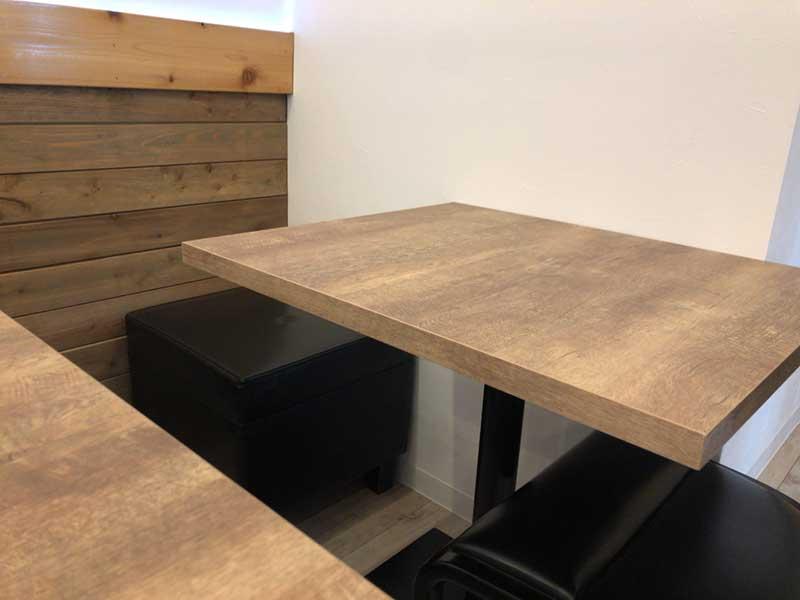 落ち着ける木目のテーブル
