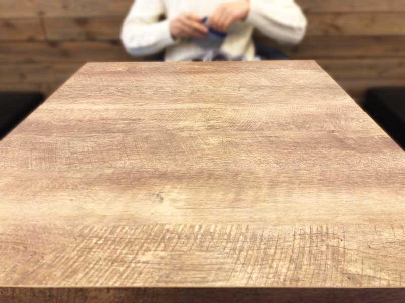 ゆったりした2人掛けのテーブル席