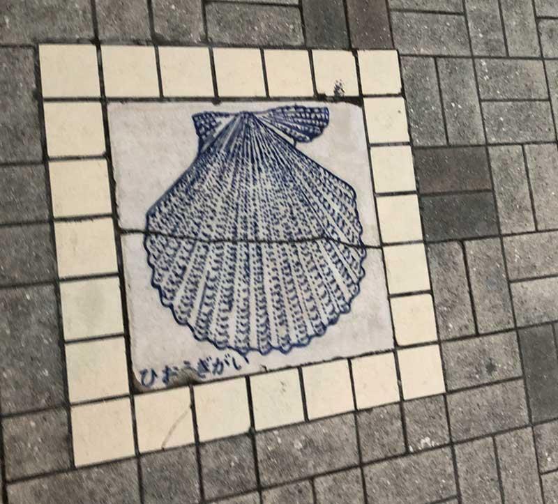 足元に貝の絵