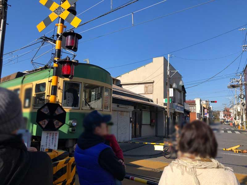 人気の観光列車の江ノ電