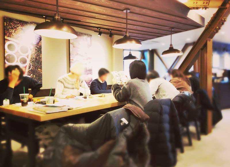 【スタバ鎌倉店】プールがない方の駅前ノマドカフェ!電源席・Wifiありで観光客よりも仕事や勉強する人が多い!