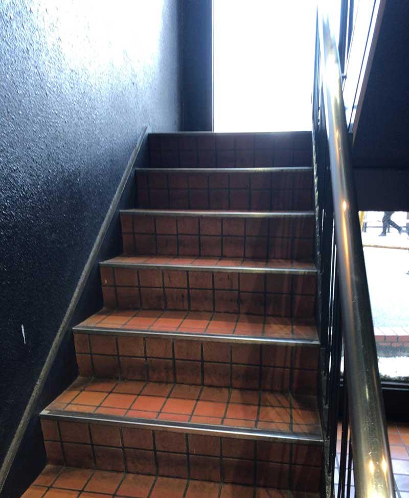 いったん外に出て階段を上がる