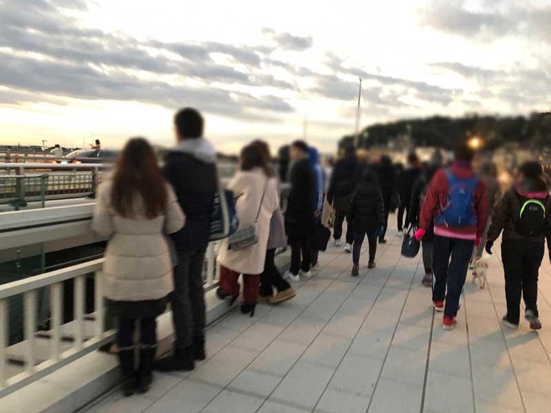 弁天橋の江ノ島寄りでは立ち止まって初日の出を待つ人も