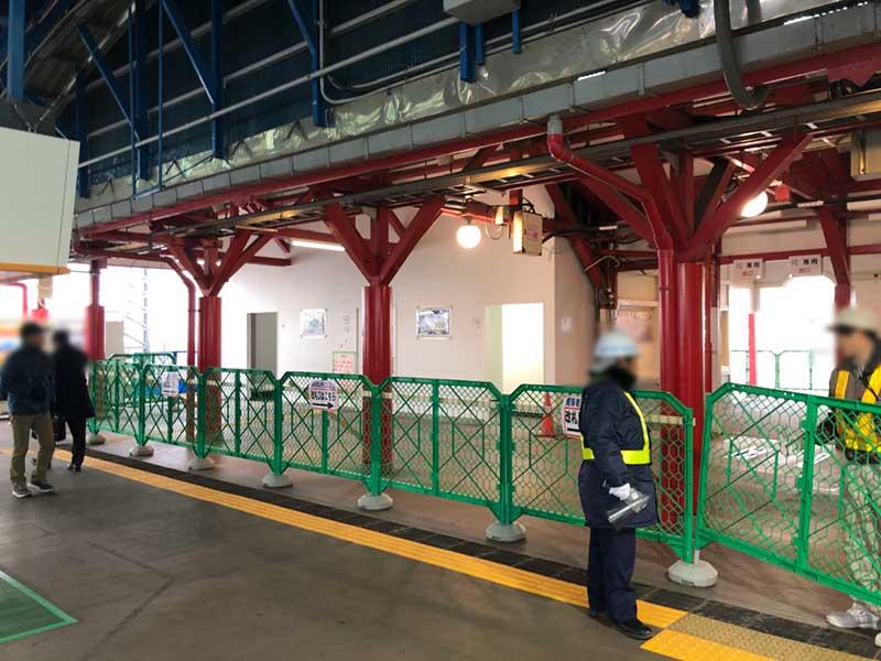 工事中の片瀬江ノ島駅の構内