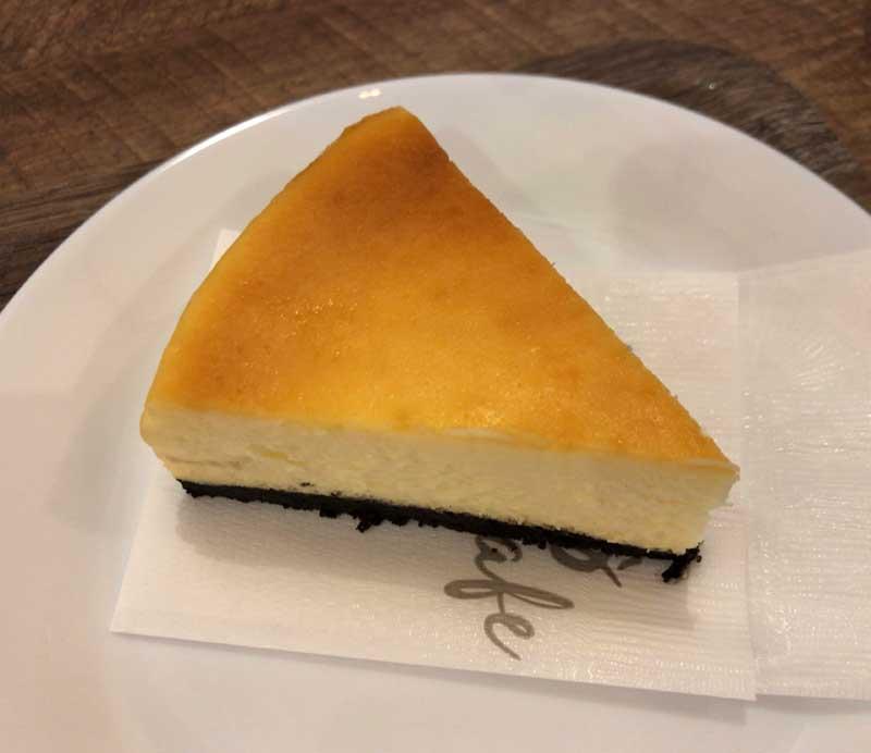 食後のデザートのチーズケーキ