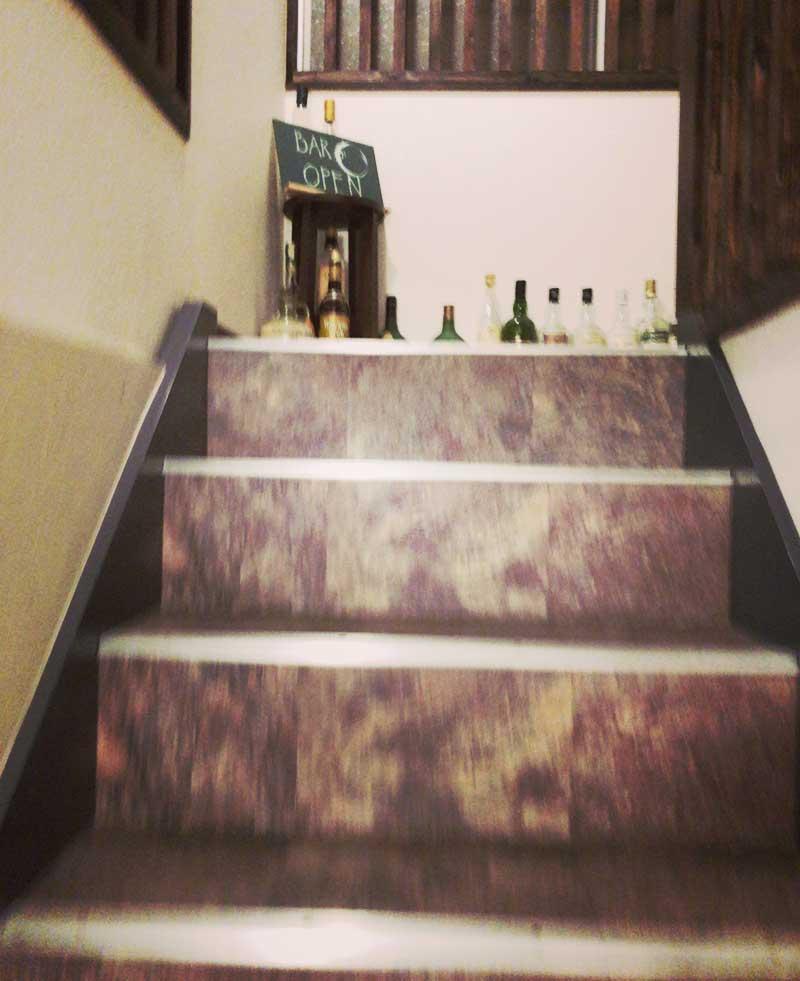 店舗は階段の上