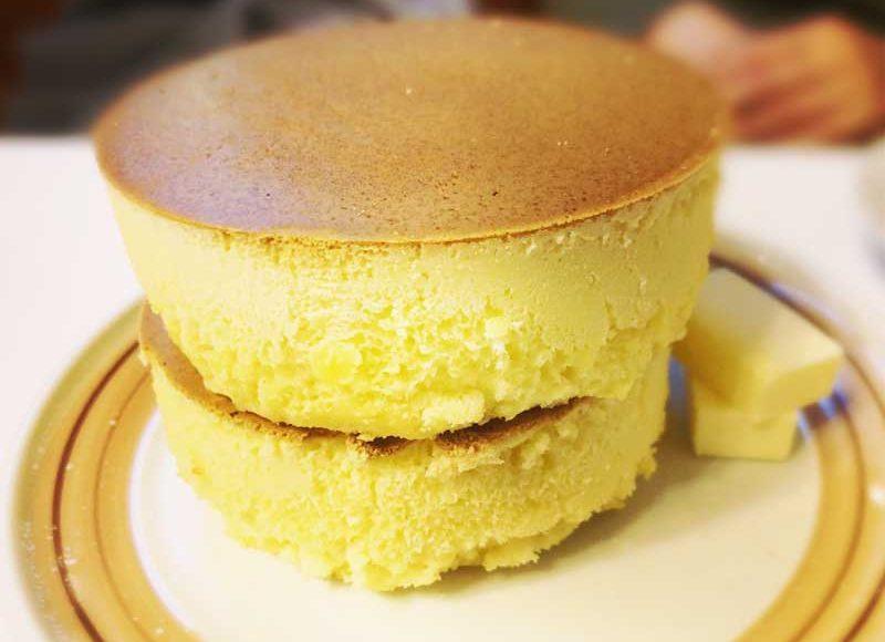 【鎌倉イワタコーヒー】デカ盛りの黄色い巨塔!厚焼き2段ホットケーキの行列・焼き待ち時間・おすすめの食べ方を紹介!