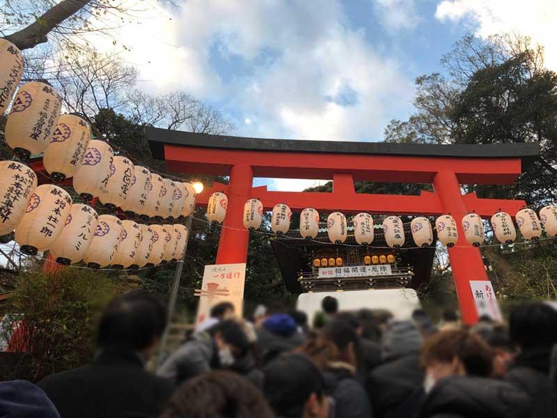 江島神社朱の鳥居前から待ち時間の計測スタート