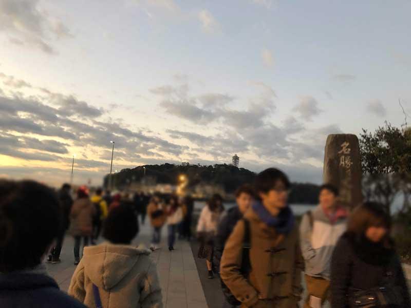 弁天橋を渡って江ノ島へ渡る