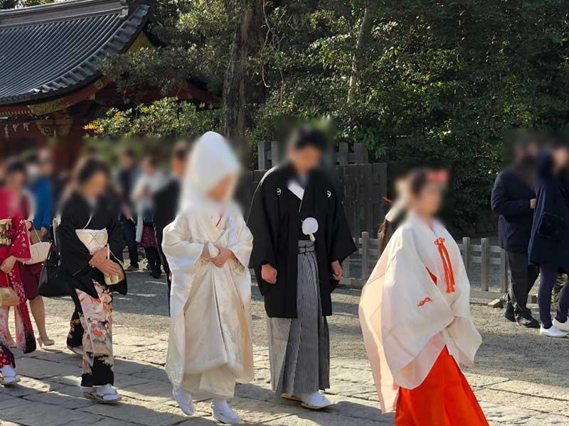 参道を歩く和装の花嫁花婿