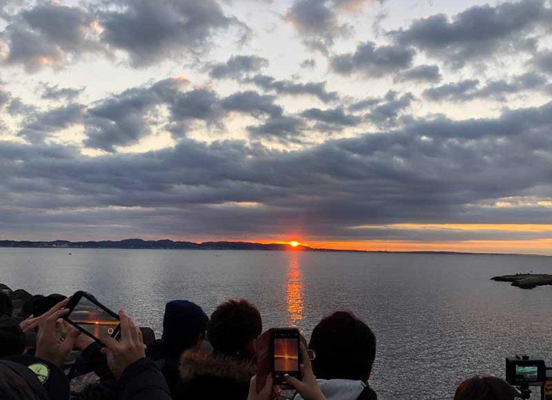 【江ノ島で初日の出を見るならヨットハーバー・湘南港・白灯台】混んでも広いから大丈夫!駐車場近くで目の前が海!