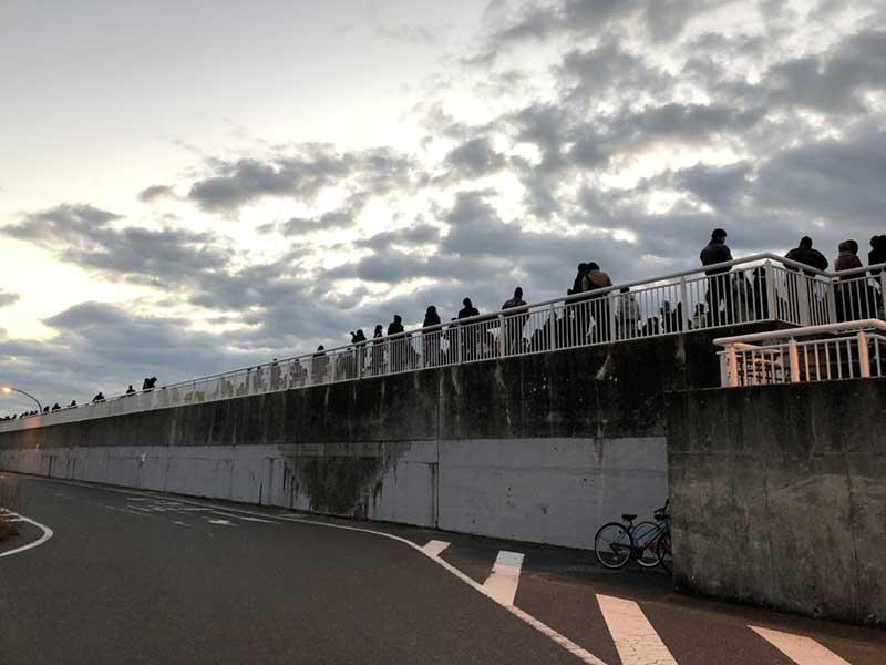 細長い堤防が初日の出の観賞スポット