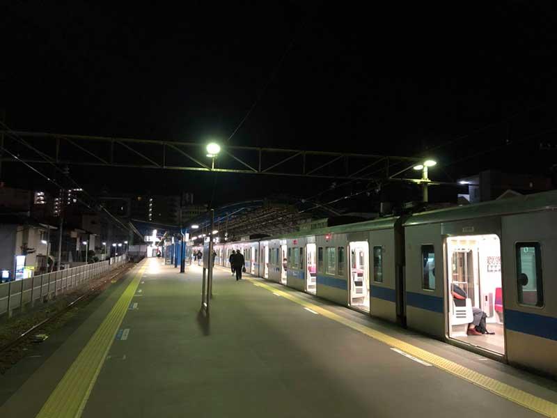 夜の片瀬江ノ島駅のホーム
