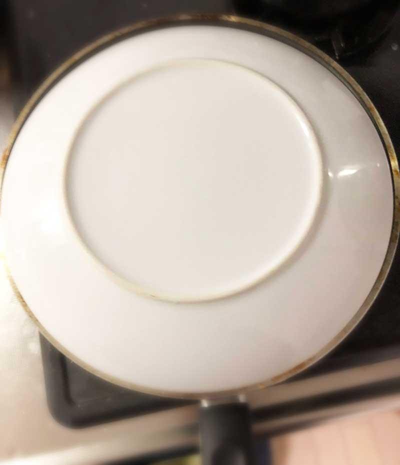 お皿を鍋にのっけて