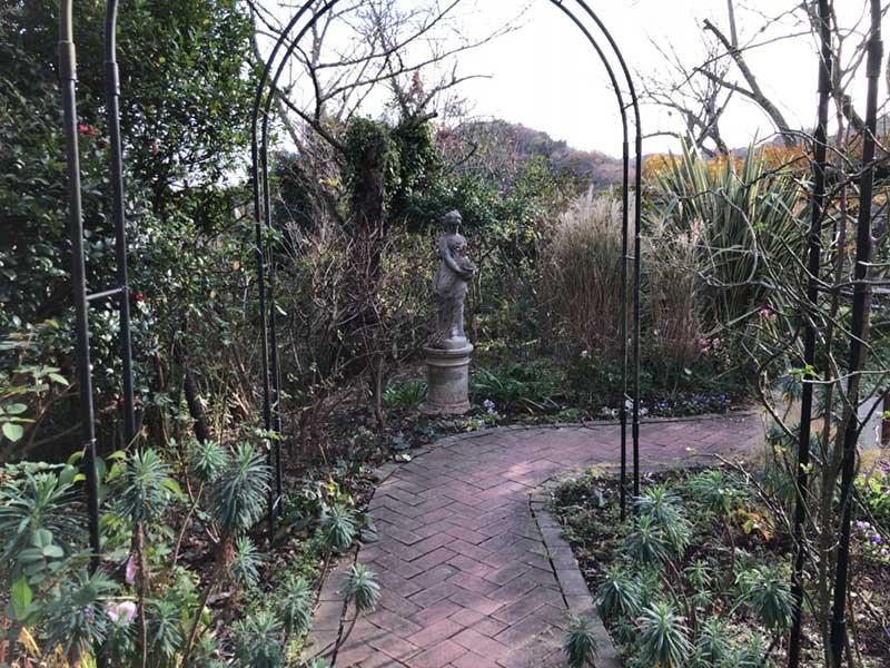ゲートをくぐって庭園の散策