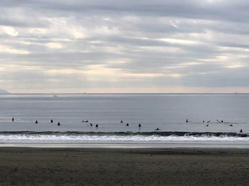 平日冬でもサーファーがいっぱいの鵠沼海岸