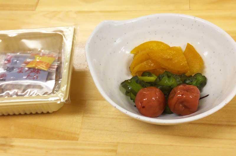 各種お新香、生卵、納豆はセルフサービスで食べ放題