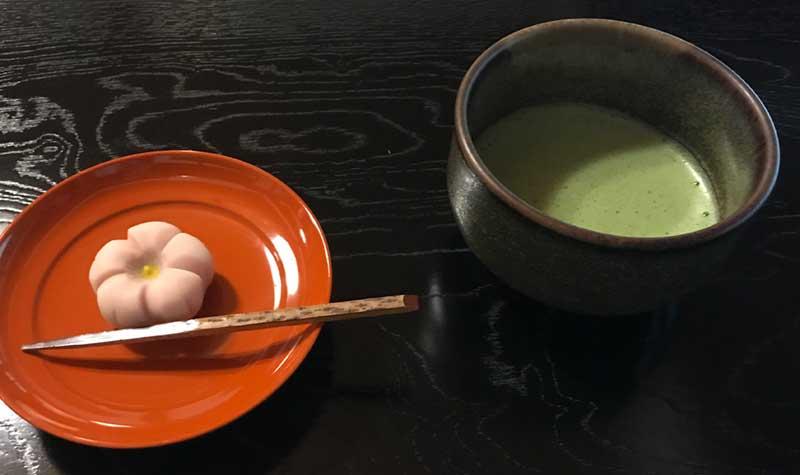 抹茶と和菓子をいただける